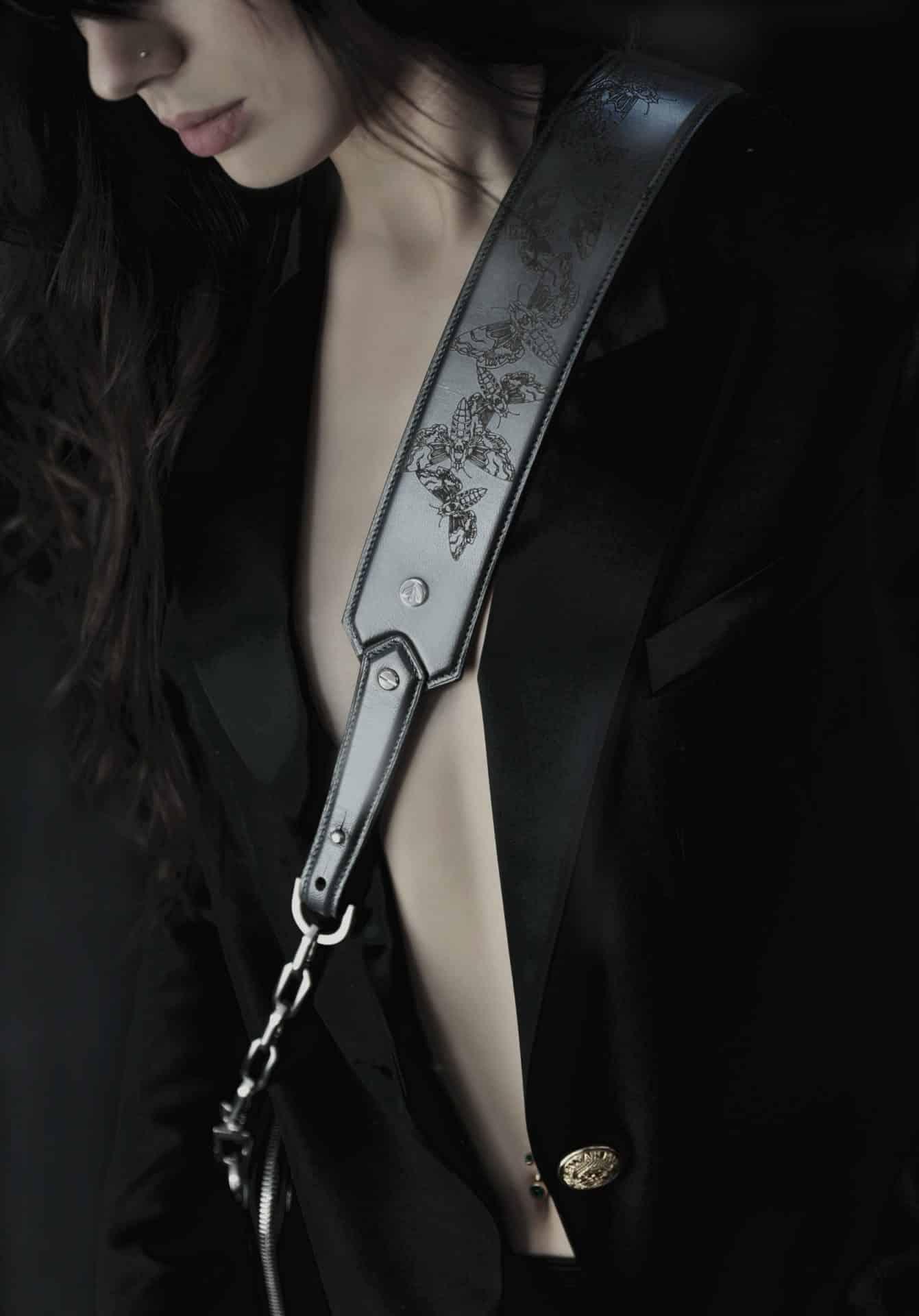 Style chic et pratique pour les bandoulières en peaux précieuses qui iront sur tous vos sacs. Les tattoos sphinx, dagues et roses ornent les cuirs unis.